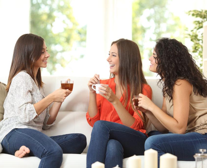Groupe de filles partageant du thé
